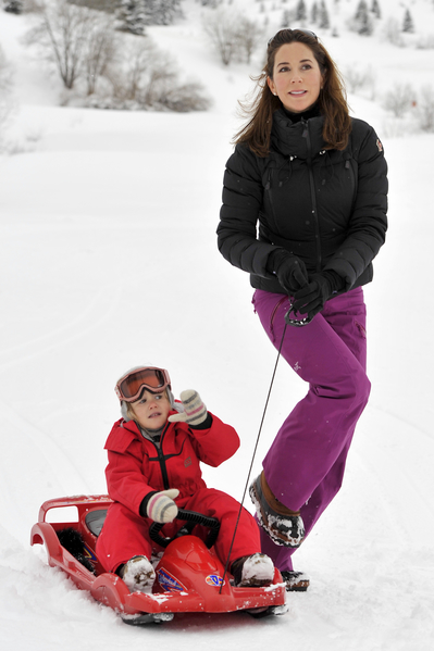 丹麥王儲妃瑪麗帶著3歲的約瑟芬小公主在瑞士滑雪。(Harold Cunningham/Getty Images)