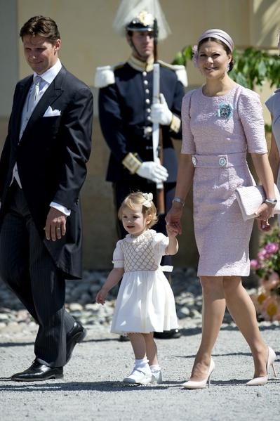 2014年6月,瑞典維多利亞公主帶著愛女艾絲黛拉小公主參加萊奧諾小公主的洗禮。(JONATHAN NACKSTRAND/AFP/Getty Images)