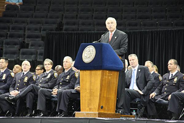警校畢業典禮,警察局長布拉頓(Bill Bratton)致辭。(任倩雪/大紀元)
