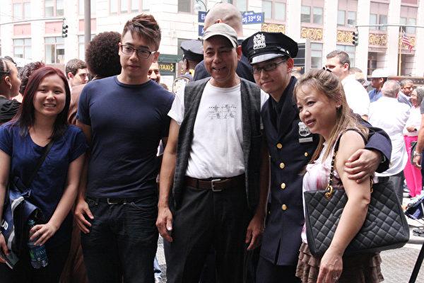 警校畢業典禮,畢業生Peter Voong與家人合影。(任倩雪/大紀元)