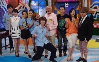 《麻辣鲜师》演员们跟主持人合照。(中天提供)
