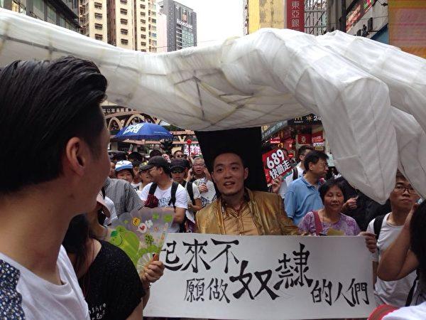 2014年7月1日,香港市民無懼恐嚇,紛紛走上街頭,用和平有秩序的方式,抗議中共亂港破壞一國兩制,要求特首梁振英下台。(胡思仁/大紀元)