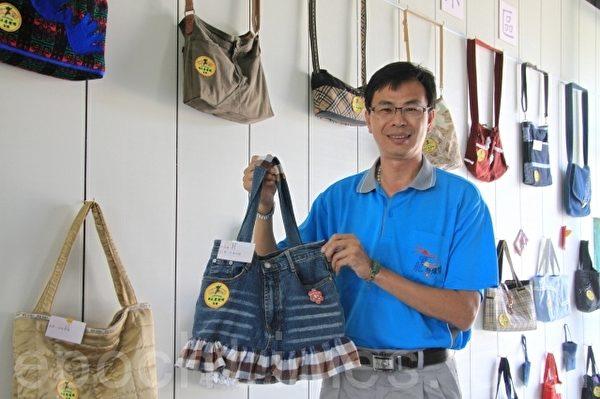竹南镇长康世明在会中展示牛仔布提袋。(许享富 /大纪元)