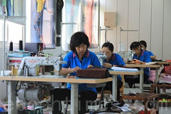 清洁队共5个师傅负责裁缝。(许享富 /大纪元)
