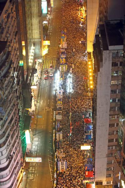 2014年7月1日,超過51萬的香港人頂著悶熱和驟雨上街遊行,表達爭取普選及捍衛香港核心價值的決心,要求中共撤回白皮書和特首梁振英下台。(潘在殊/大紀元)