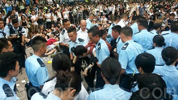 数名警察强行对付一名示威者。(潘在殊/大纪元)