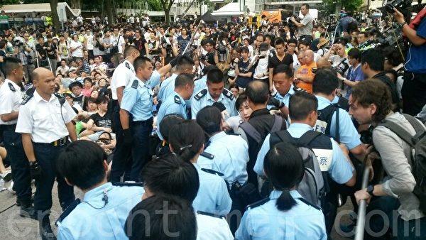 现场亦有众多媒体在持续报道,警方对现场媒体已无所顾忌。众目睽睽下,大型清场。(潘在殊/大纪元)