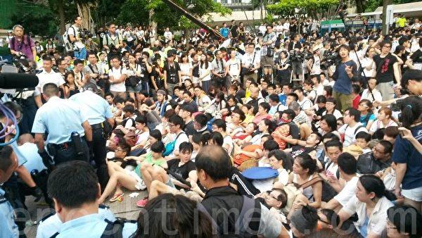 现场所见,学生们手挽手连成一片,防止警方带走一名成员。(潘在殊/大纪元)
