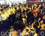 7.1大游行在中环遮打道结束后,大批市民接力通宵集会。期间警方粗暴清场,拘捕196名示威者。(潘在殊/大纪元)