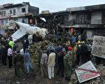 肯亚1架货机2日起飞后不久撞进1栋商业大楼,已造成4人死亡。(TONY KARUMBA/AFP)