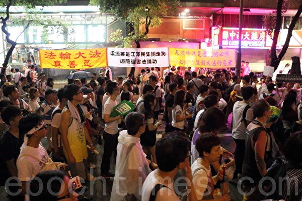 2014年7月1日,超過51萬的香港人頂著悶熱和驟雨上街遊行,表達爭取普選及捍衛香港核心價值的決心,要求中共撤回白皮書和特首梁振英下台。(蔡雯文/大紀元)