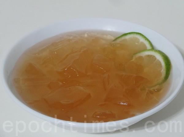 冷藏的愛玉凍加糖水、碎冰、檸檬汁食用,清涼爽口,風味絕佳。(攝影:彩霞/大紀元)