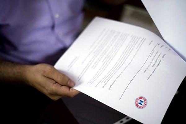 科索沃超聯球會夏維尼亞(Hajvalia)的總監柏高尼(Xhavit Pacolli)出示邀請禁止接觸足球活動4個月的蘇亞雷斯加盟的文件。   (ARMEND NIMANI/AFP/Getty Images)