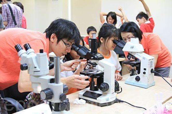 学员用显微镜观察老鼠组织结构。(许享富 /大纪元)