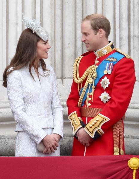 图为,2014年6月14日,威廉和凯特参加英国女王伊丽莎白二世的生日庆典游行。(Chris Jackson/Getty Images)