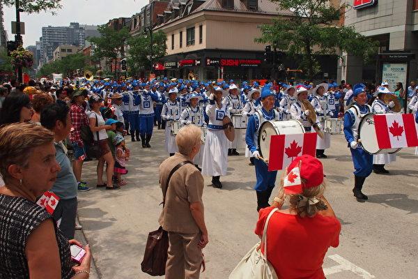 加拿大国庆日游行队伍中,最引人注目的当属这支由100多名法轮功学员组成的天国乐团。(Nathalie Dieul/大纪元)