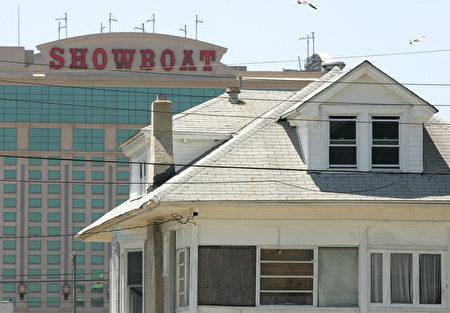 全美最大的赌城经营商凯撒娱乐公司6月27日宣布,大西洋城秀船赌场(Showboat)将于8月31日关闭。图为秀船赌场。(read SAUL LOEB/AFP/Getty Images)