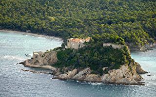 法国总统夏宫-布雷冈松堡位于法国南部的贝纳角悬崖之上,俯瞰地中海。(BORIS HORVAT/AFP)
