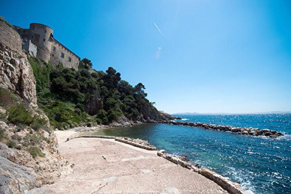 法国布雷冈松堡海滩(BERTRAND LANGLOIS/AFP)
