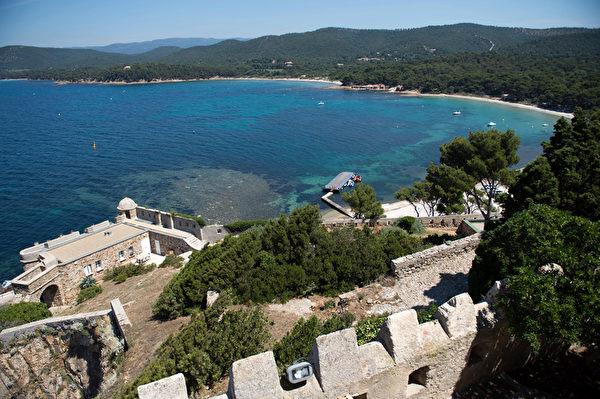 布雷冈松堡位于法国南部贝纳角悬崖之上,俯瞰地中海。(BERTRAND LANGLOIS/AFP)