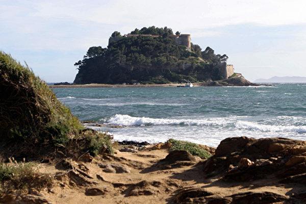布雷冈松堡位于法国南部瓦尔省沿岸,贝纳角悬崖之上。(ERIC ESTRADE/AFP/Getty Images)