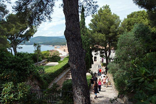 游客参观法国布雷冈松堡花园(BERTRAND LANGLOIS/AFP/Getty Images)