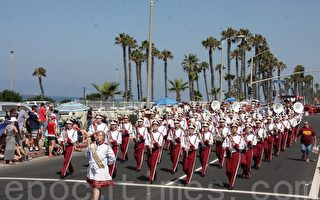 7月4日,杭廷顿海滩市举行国庆游行,上百队伍参加。(徐绣惠/大纪元)
