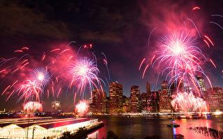 7月4日美国独立日238周年纪念日,纽约梅西百货(Macy's)盛大的烟火表演。(戴兵/大纪元)