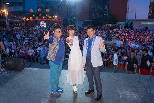 《超级夜总会》到芦洲保佑宫录影,主持人许效舜(左)、澎恰恰及艺人李千娜(中)。(三立提供)