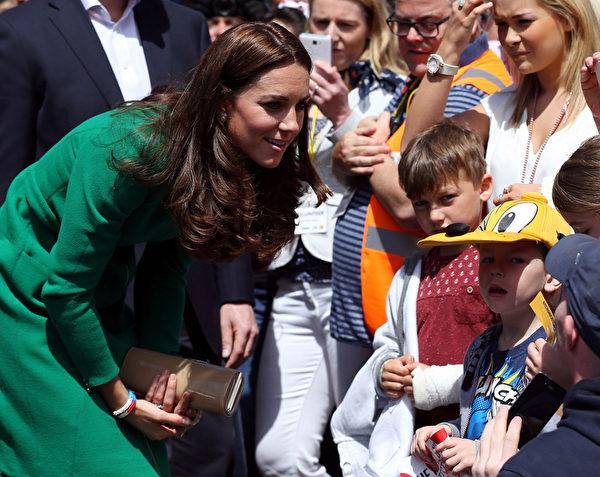 2014年7月5日,凱特王妃在第101屆環法自行車賽開幕式現場與孩子們交流。(Scott Heppell - WPA Pool/Getty Images)