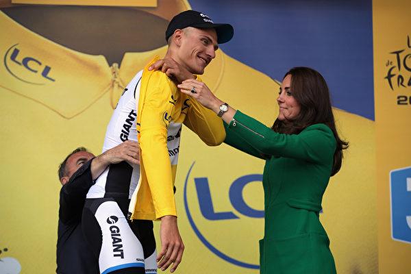 來自荷蘭禧瑪諾車隊的德國騎手基特爾成為第一階段賽冠軍,凱特王妃親授其黃色領騎衫。(Doug Pensinger/Getty Images)