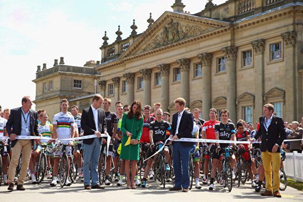 2014年7月5日,凱特王妃與威廉王子、哈利王子一道為環法自行車賽剪綵。(Bryn Lennon/Getty Images)