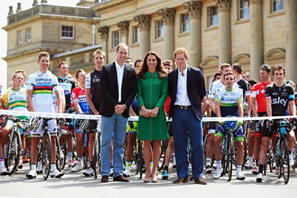 2014年7月5日,威廉王子、凱特王妃與哈利王子在英國利茲出席第101屆環法自行車賽開幕式。(Bryn Lennon/Getty Images)