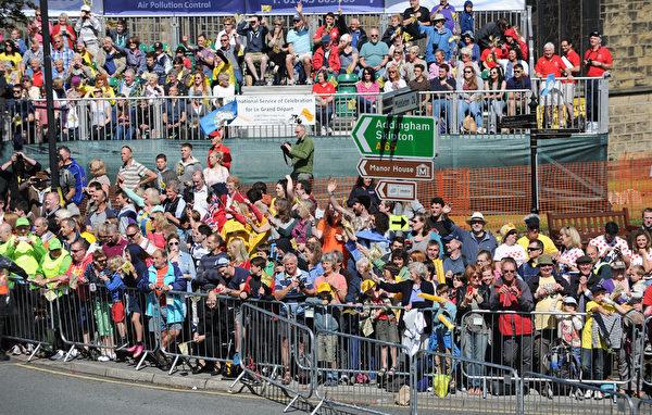 環法自行車賽第一階段比賽途徑的伊爾克利小鎮上的觀眾。(Ian Forsyth/Getty Images)