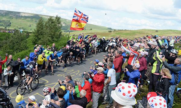 車賽的觀眾們聚集在第一階段比賽終點——英國哈羅蓋特。(Gareth Copley/Getty Images)