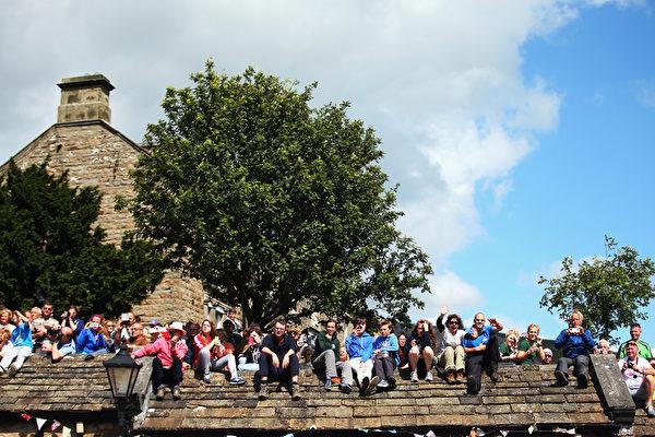 環法自行車賽的觀眾們聚集在第一階段比賽終點——英國哈羅蓋特。(Bryn Lennon/Getty Images)