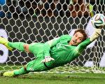 7月5日荷兰和哥斯达黎加在1/4决赛的120分钟内踢成0-0,在最后互射点球阶段,荷兰守门员克鲁尔扑出两个点球,为荷兰进军4强铺平道路。( Jamie McDonald/Getty Images)
