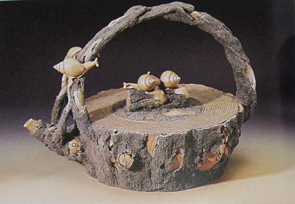 《树段大提梁壶》。(钟元翻摄/大纪元)