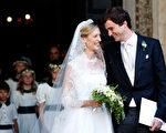 自步出教堂,王子与新娘屡屡深情对视,难掩幸福甜蜜。(Elisabetta Villa/Getty Images)