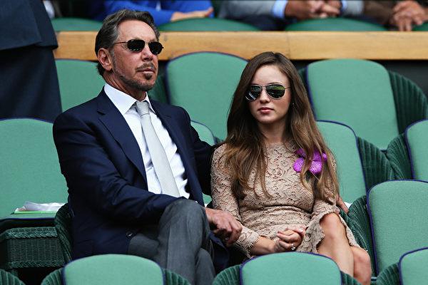 甲骨文公司老板拉里•埃里森和演员女友尼基塔•卡恩(Matthew Stockman/Getty Images)