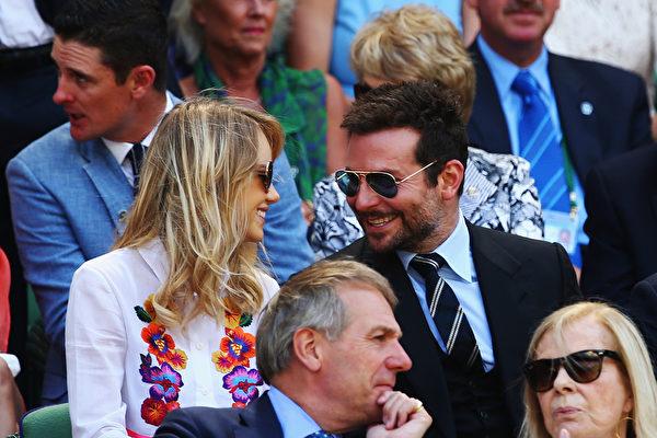 好莱坞影星布拉德利•库珀和模特女友苏琪•沃特豪斯(Clive Brunskill/Getty Images)