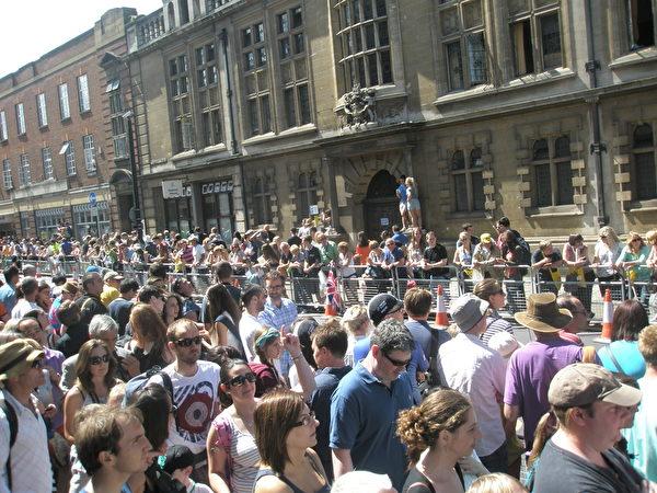 2014年7月7日,环法自行车赛经过剑桥市中心,昔日宁静的校园也被初夏的热日所唤醒,人们一边晒太阳,一边等待比赛开始。(李贝利/大纪元)