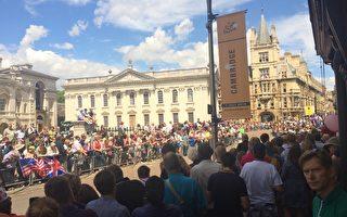 剑桥是自行车之城。几乎家家都有几辆自行车。2014年7月7日,环法自行车赛经过剑桥市中心,昔日宁静的校园也被初夏的热日所唤醒,人们一边晒太阳,一边等待比赛开始。(李贝利/大纪元)