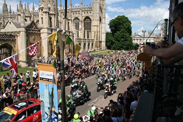 2014年7月7日,环法自行车赛经过剑桥市中心,前面是警察摩托带路。(卡瑞林/大纪元)