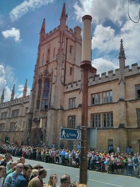 为方便人们观看,剑桥市7月7日这天还放假一天。(李贝利/大纪元)