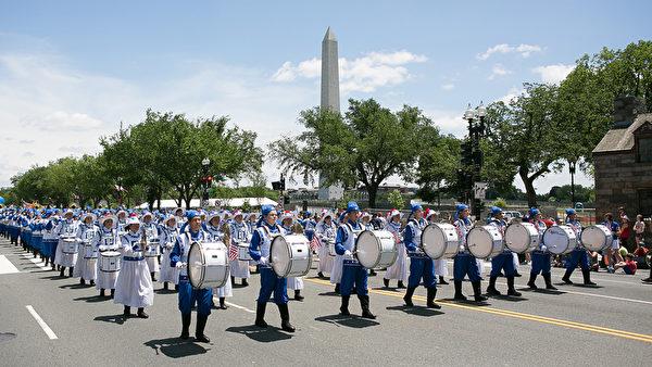 法轮功学员组成的天国乐团参加2014年美国首都华盛顿DC的独立日庆祝游行,整齐的队伍与气势恢宏的乐曲获得民众热烈掌声。(李莎/大纪元)