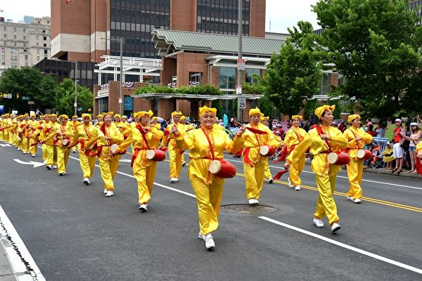 法轮功学员参加2014年美国费城的国庆独立日庆祝游行,腰鼓队展现传统中华文化特点吸引西方人士。(明慧网)