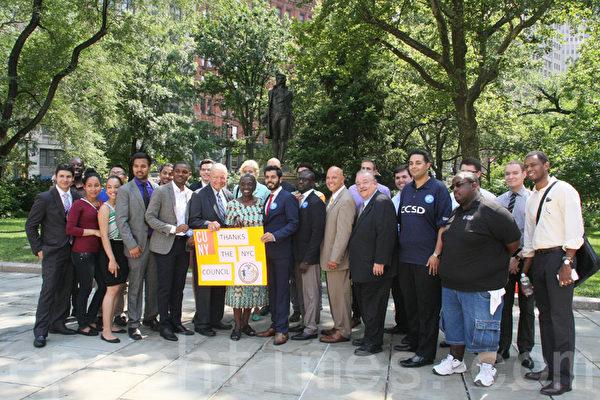 7月8日,市議長馬麗桃、前市議長瓦隆等民選官員宣布恢復「紐約市立大學擇優獎學金計劃 」。(王依瀾/大紀元)