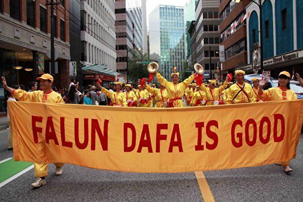 法轮功学员组成的腰鼓队在加拿大温哥华国庆日游行中,英发雄姿深受市民喜爱。(明慧网)