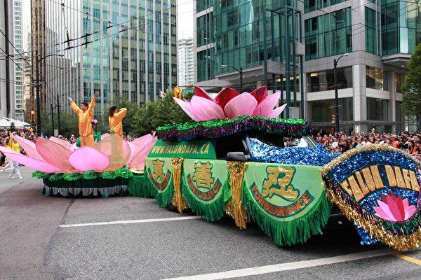 法轮功学员于加拿大国庆日参加温哥华游行,无论游行队伍、花车和功法展示,市民喜爱其庄严祥和气氛。(明慧网)